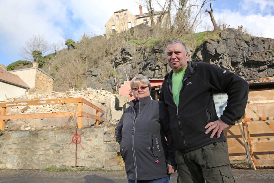 Dagmar und Uwe Stammwitz ärgern sich über den Schuttberg des Abrisshauses im Kamenzer Herrental. Das Landratsamt hat die Ruine kontrolliert einstürzen lassen. Doch der Bauschutt bleibt liegen.