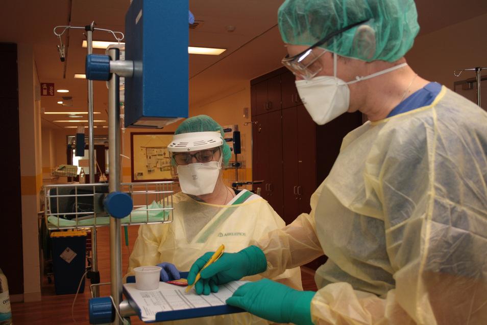 Auf der Infektionsstation der Radeberg Asklepios ASB-Klinik arbeiten Pfleger und Ärzte in Schutzkleidung. Viele wollen sich gegen das Coronavirus impfen lassen.