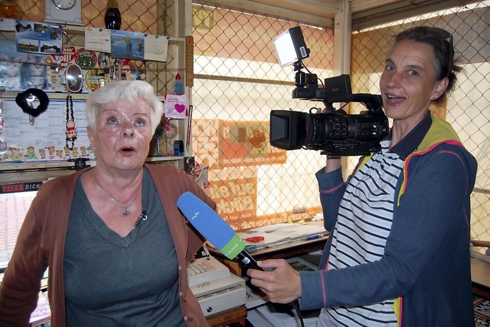 Ein TV-Interview kann durchaus Spaß machen. Bärbel Rosenberg und Katrin Funke flachsten beim Dreh für den Fernseh-Beitrag über den letzten Hoyerswerdaer Zeitungskiosk für's Zeitungsfoto ein wenig herum.