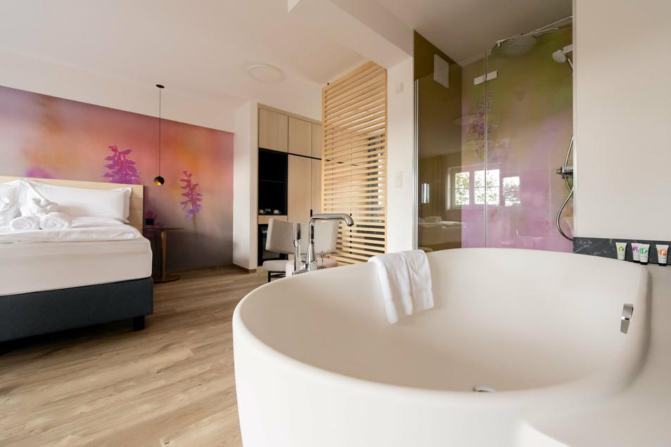 Frei stehende Badewanne, einsehbare Dusche in der Junior-Suite. Das Konzept der Hotelzimmer ist luftig und offen. Die Übernachtung im Einzelzimmer kostet rund 100 Euro, im Doppelzimmer etwa 140 Euro - inklusive Frühstück.