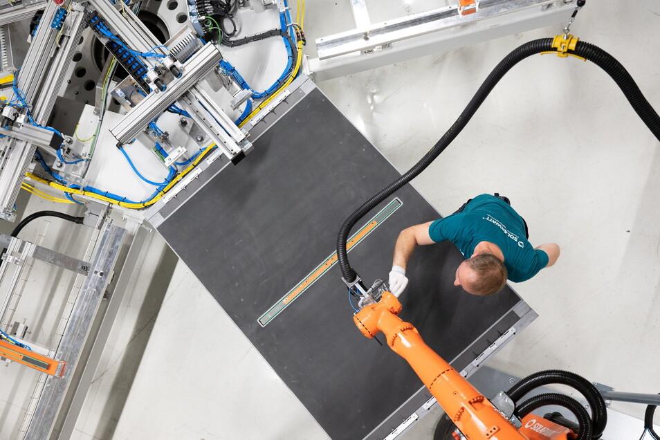 Mit automatischem Greifer: Daniel Starke inspiziert als stellvertretender Schichtleiter die Produktion von Fotovoltaik-Modulen bei Solarwatt in Dresden. Der Betrieb montiert auch die Stromspeicher dazu.