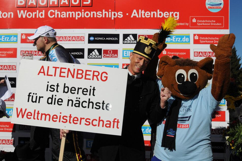 2008 haben Altenbergs Bürgermeister Thomas Kirsten im Habit und Maskottchen Bobby sich auf die nächste WM gefreut. Bald ist es so weit.