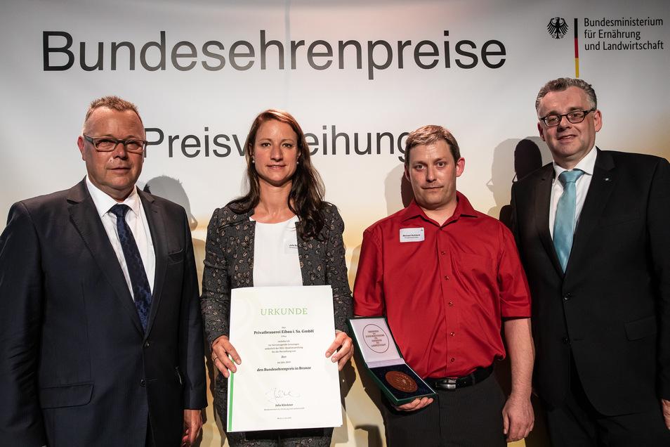 Michael Stübgen vom Bundeslandwirtschaftsministerium (li.) überreichte mit Diedrich Harms  von der DLG (re.) die Auszeichnung an Eibaus Brauereichefin Julia Böhmer und Braumeister Michael Ruhland .