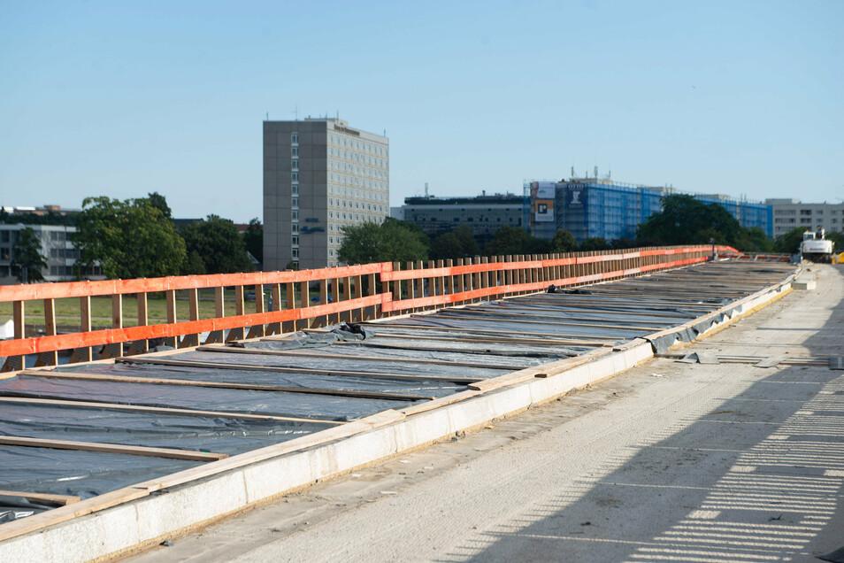 Am Neustädter Ende der Carolabrücke ist der neue Geh- und Radweg schon betoniert.