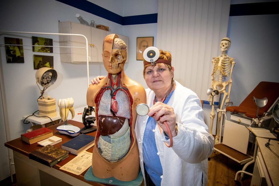 Das Schrebitzer Heimatmuseum ist am 8. Februar vor 20 Jahren eingeweiht worden. Die Vorsitzende des Heimatvereins Birgit Müller zeigt das Arztzimmer, das aus der Schrebitzer Poliklinik stammt.