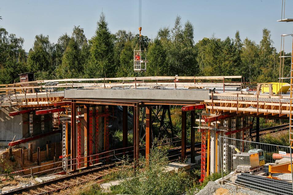 Seit mehreren Monaten wird nun an der Brücke über die Bahnstrecke Zittau - Dresden gebaut