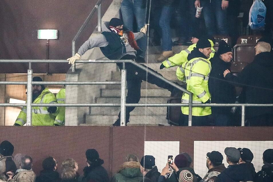 Szenen direkt nach dem Schlusspfiff: Ein gewalttätiger Dynamo-Fan attackiert einen Ordner mit einem Fußtritt.
