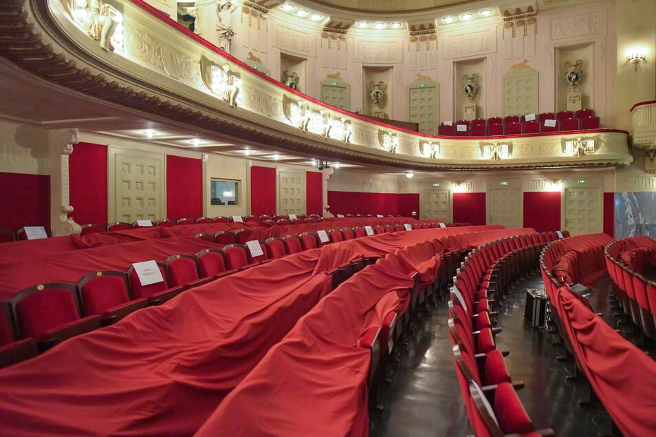 Abgedeckt sind leere Sitzplätze im Staatstheater Cottbus, das coronabedingt geschlossen ist. In geschlossenen Veranstaltungsräumen hält das Konzept eine Besetzung zwischen 25 und 30 Prozent für möglich.