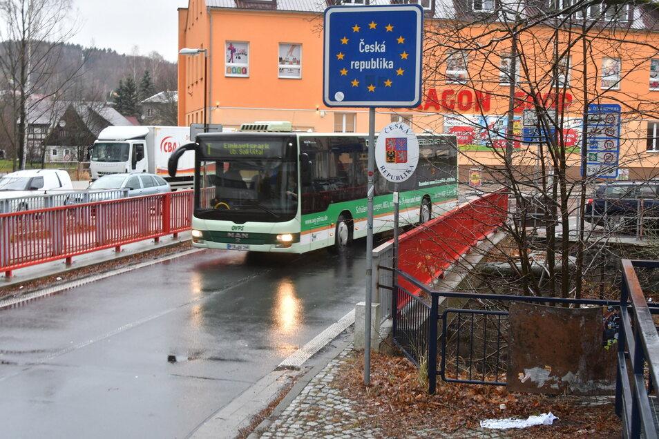 Der Stadtbus Sebnitz passiert seit Dienstag wieder die Grenze nach Dolní Poustevna.