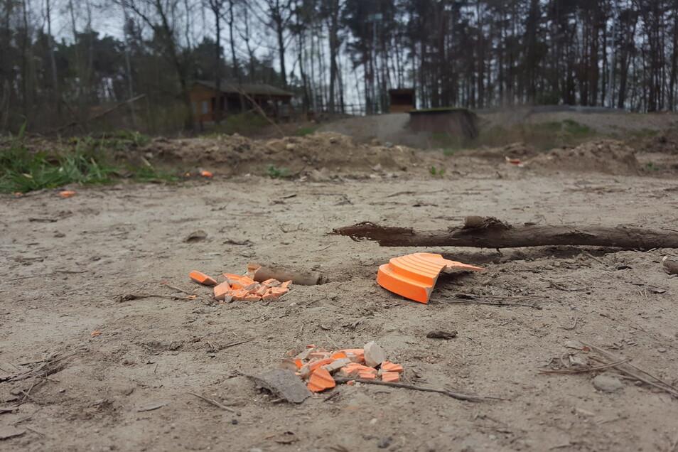 Treffer: Solche sogenannten Tontauben werden auf dem Schießplatz in Koselitz (im Hintergrund der Schießstand) geschossen.