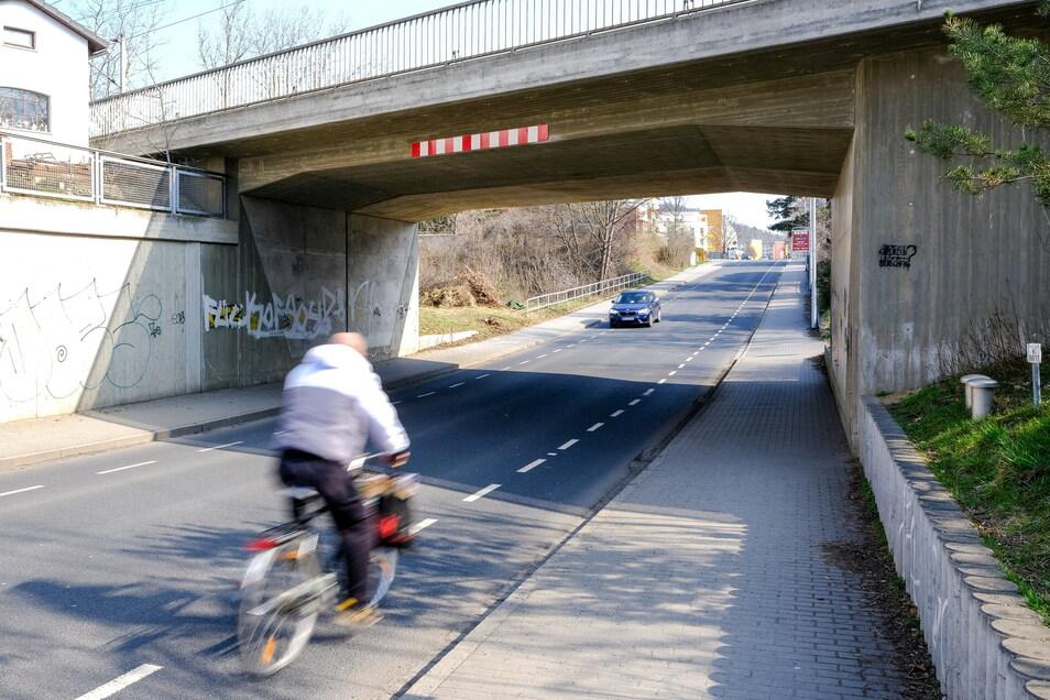 Schutzstreifen für Radfahrer, wie hier an der Moritzburger Straße, sind eine vergleichsweise schnell umsetzbare und preiswerte Alternative zu separaten Radwegen, für die in Coswig meist schlicht der Platz fehlt.