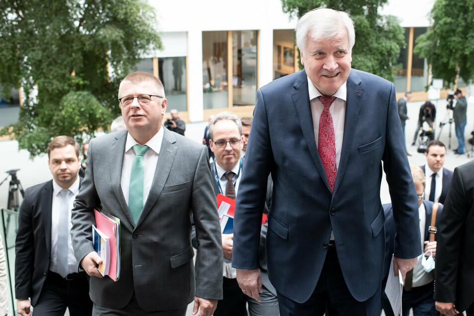 Horst Seehofer (CSU, r) und Thomas Haldenwang (l), Präsident des Bundesamtes für Verfassungsschutz, stellten am Donnerstag in Berlin den Verfassungsschutzbericht 2019 vor.