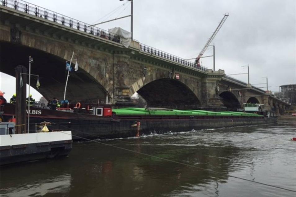"""Seit vergangener Woche Montag liegt die """"Albis"""" quer vor der Albertbrücke."""