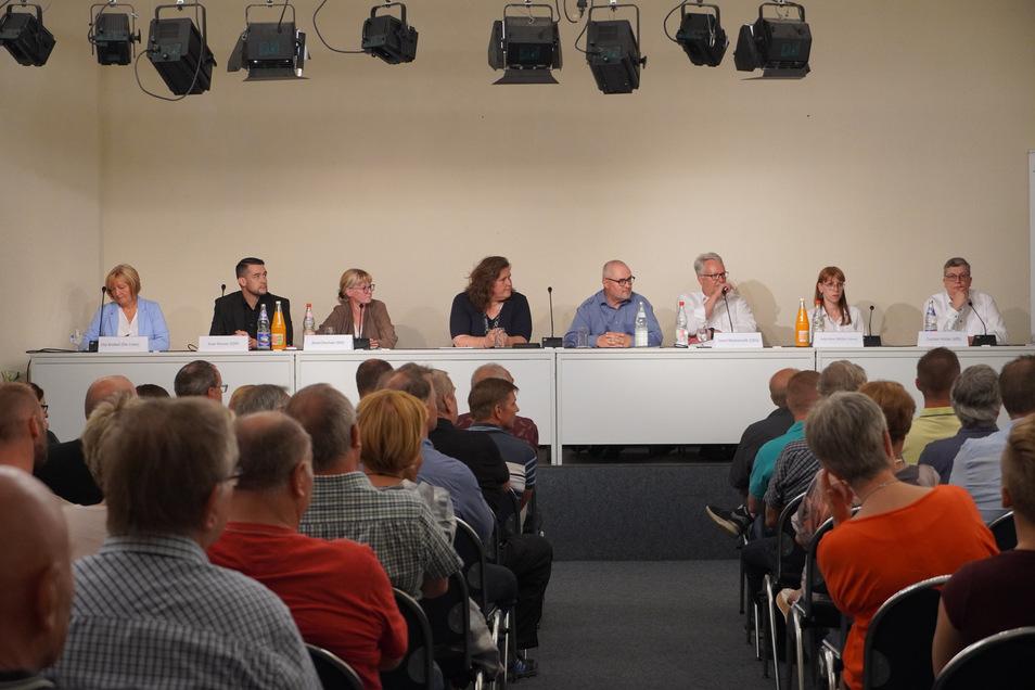 Sechs Kandidaten für den Wahlkreis 37, zwei Moderatoren: Uta Knebel (Linke, l.), Sven Borner (FDP, 2.v.l.), Amrei Drechsler (SPD, 3.v.l), Geert Mackenroth (CDU, 3.v.r.), Katja Meier (Grüne, 2.v.r.) und Carsten Hütter (AfD, 1.v.r.) bildeten mit den SZ-Jour