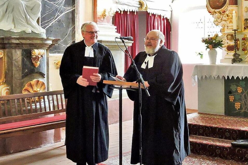 Eine würdige Verabschiedung erlebte Gemeindepfarrer Matthias Gnüchtel (rechts) am Sonntag in Uhyst. Superintendent Dr. Thomas Koppel (links) ist dankbar für das 40-jährige Wirken des Pfarrers.