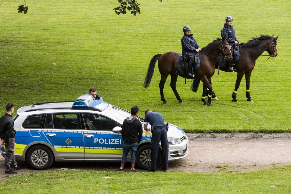 Die Reiter-Staffel, unterwegs meist in Zweier-Teams, zeigt Präsenz und unterstützt die Kollegen der Polizeidirektionen Dresden und Leipzig.