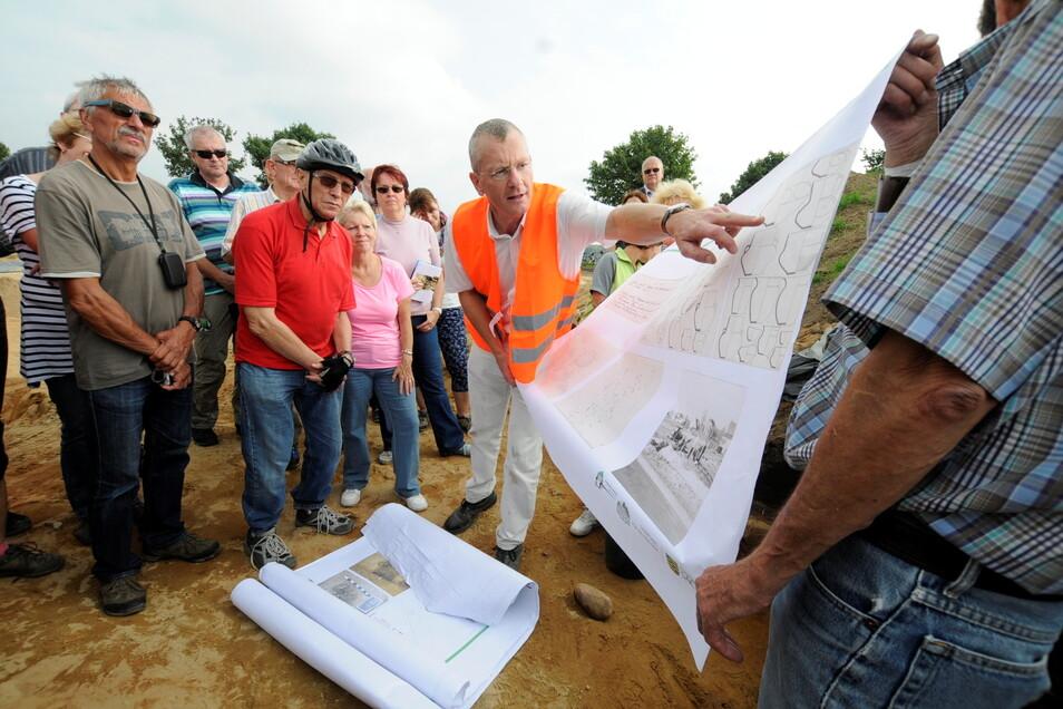 Michael Strobel vom Landesamt für Archäologie (m.) bei einer früheren Radtour mit Teilnehmern.