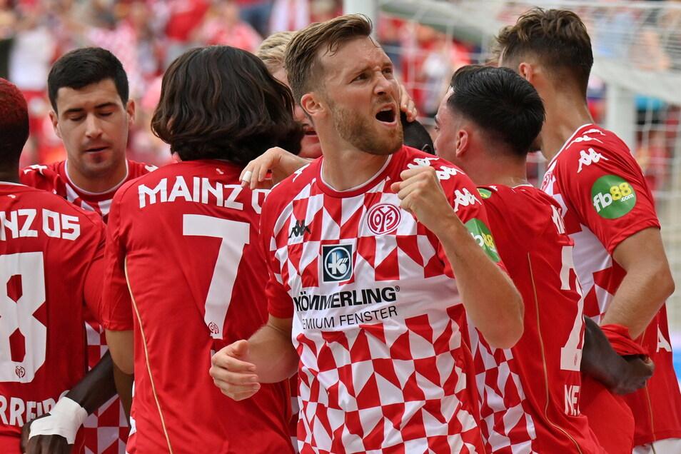 Silvan Widmer von Mainz jubelt über den Treffer zum 1:0.