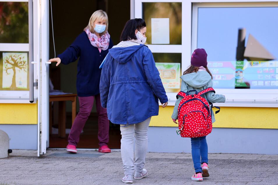 Eltern dürfen ihre Kinder nur dann in die Kita oder Schule schicken, wenn sie jeden Tag eine Gesundheits-Erklärung abgeben.