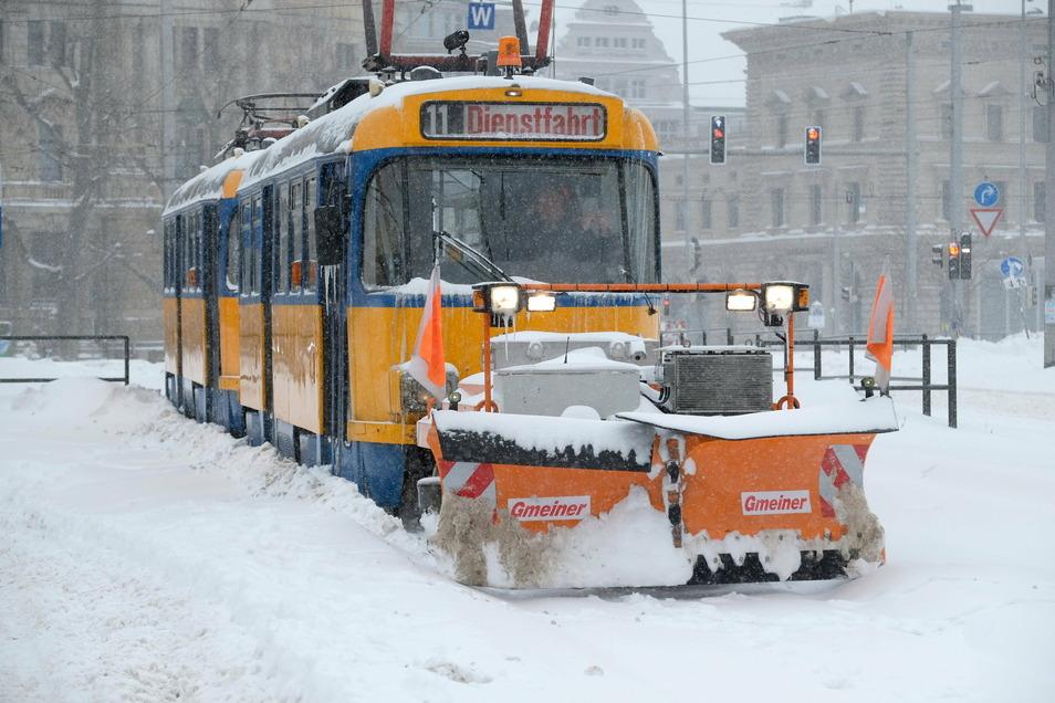 Straßenbahn mit Schneepflug. Heftige Schneefälle brachten den Leipziger Nahverkehr zum Erliegen. Nicht nur verschneite Gleise mussten beräumt werden.