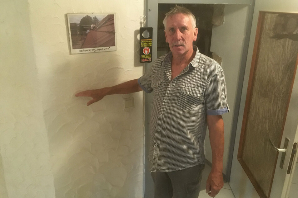 Horst Schneider zeigt, wie hoch das Wasser in seinem Erdgeschoss stand - 1,25 Meter.