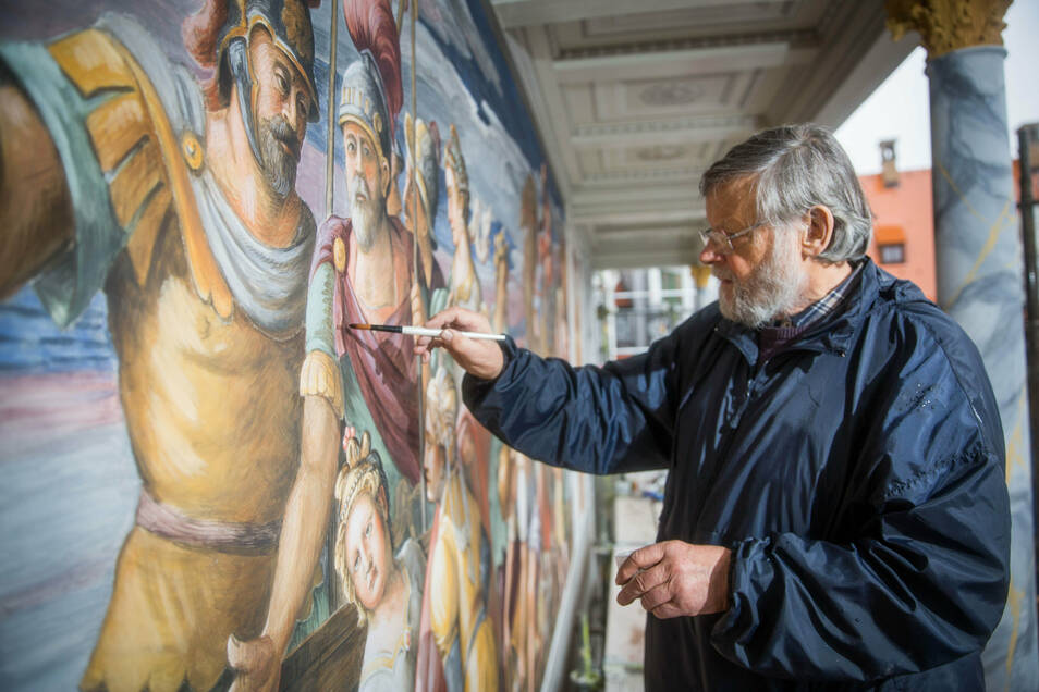 Der Dresdner Maler Martin Wolf gehört zur Künstlergruppe, die das oberste Fresko neu inszeniert haben. Dem 81-Jährigen macht seine Arbeit nach wie vor viel Spaß.