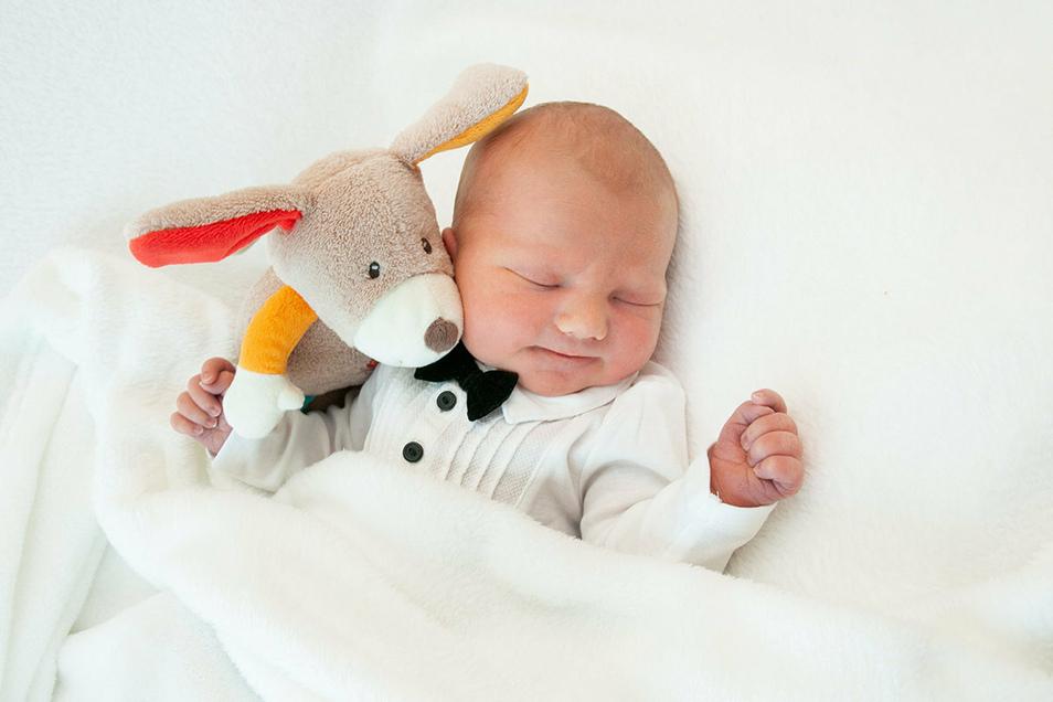 Kurt Wolf, geboren am 21. Juni, Geburtsort: Universitätsklinikum Dresden, Gewicht: 3.455 Gramm, Größe: 52 Zentimeter, Eltern: Melanie Wolf und Robby Lange, Wohnort: Großharthau