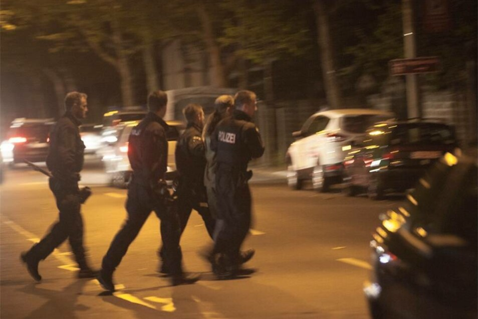 Ein rechter Demonstrant wird von der Polizei abgeführt.