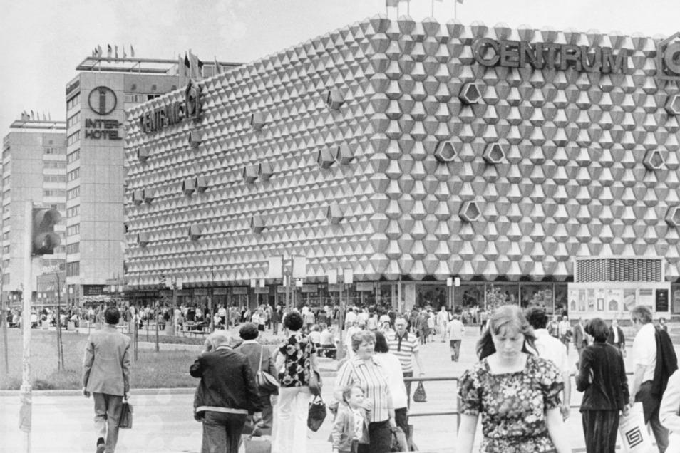 Centrum-Warenhaus auf der Prager Straße im Jahr 1975, abgerissen 2007.