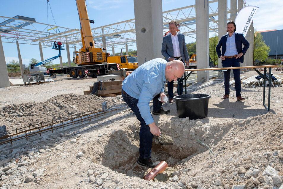 Palosa-Chef Thomas Müller (vorn) bei der Grundsteinlegung in Pirna: Im Herbst soll hier die Produktion anlaufen.