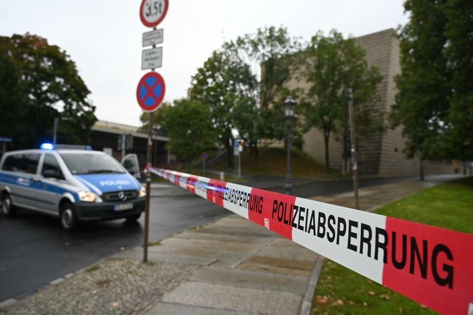 Die Polizei hatte den Zugang zur Dresdner Synagoge am Montagnachmittag abgesperrt. Neben dem Gebäude war ein herrenloser Koffer entdeckt worden.