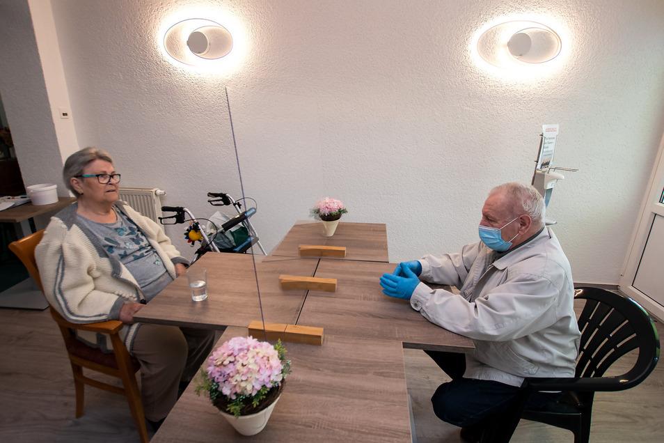 Gudrun Lemke (links) darf sich mit ihrem Ehemann Jürgen Lemke seit Wochen nur noch durch eine Plexiglasscheibe unterhalten. Berührungen sind nicht gestattet. Eine Belastung für beide.