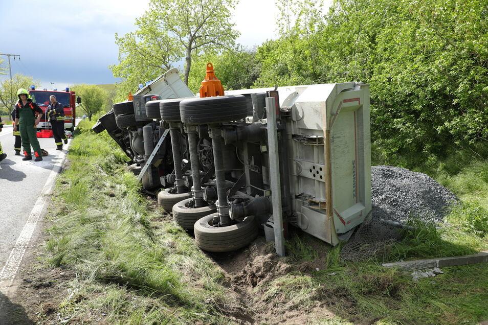 Ein mit Kies beladener Sattelzug rutschte am Montagnachmittag auf der S 177 bei Gröbern in den Straßengraben.