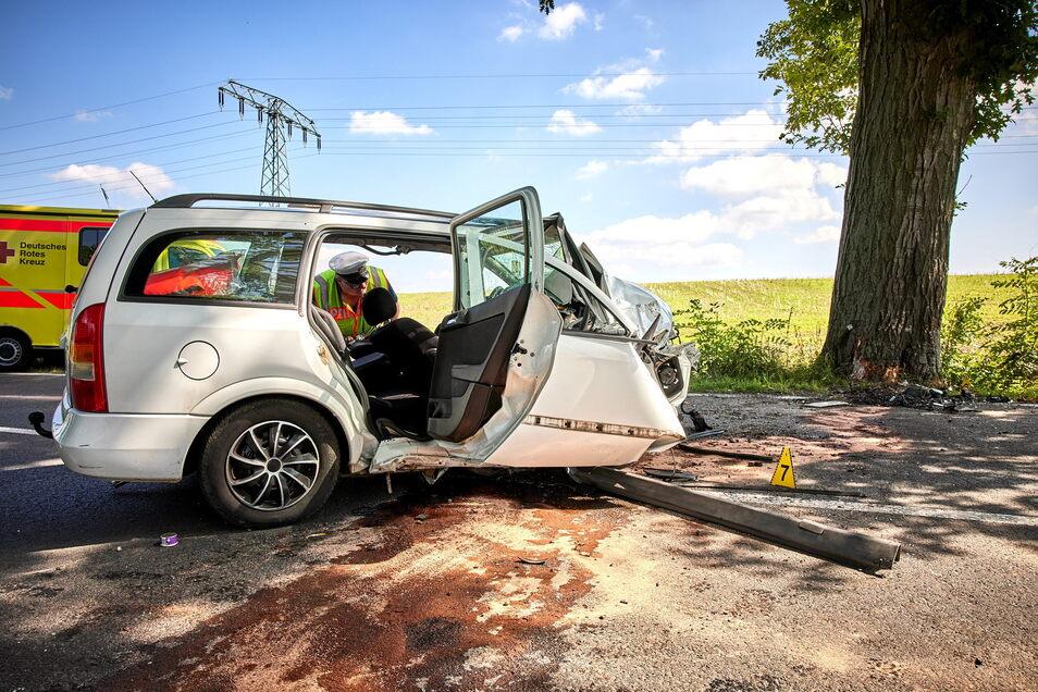 Der Aufprall zerstörte die komplette Front des Opel. Der Fahrer überlebte nicht.