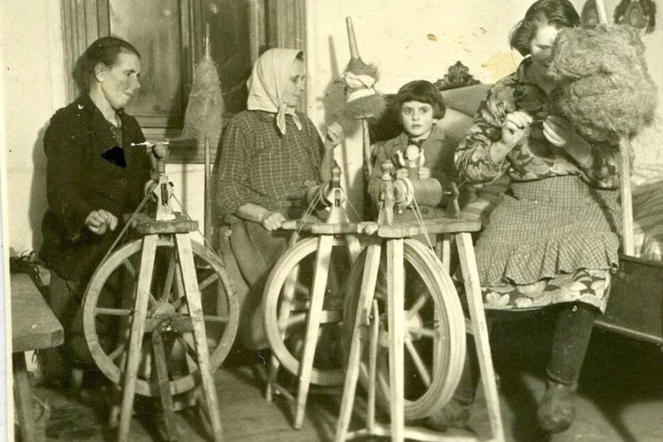 Feierabendbeschäftigung im ländlichen Polen Ende 1939. Marcel Weise fotografiert Bauersfrauen beim Spinnen.