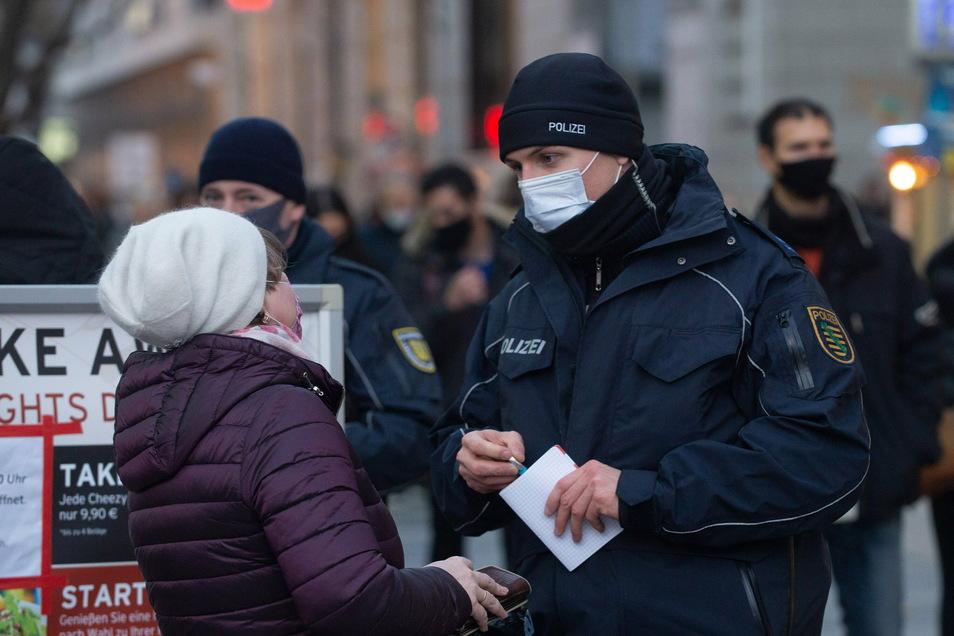 Wie hier Anfang Dezember kontrollieren Polizei und Ordnungsamt die Einhaltung der Corona-Schutz-Regeln.