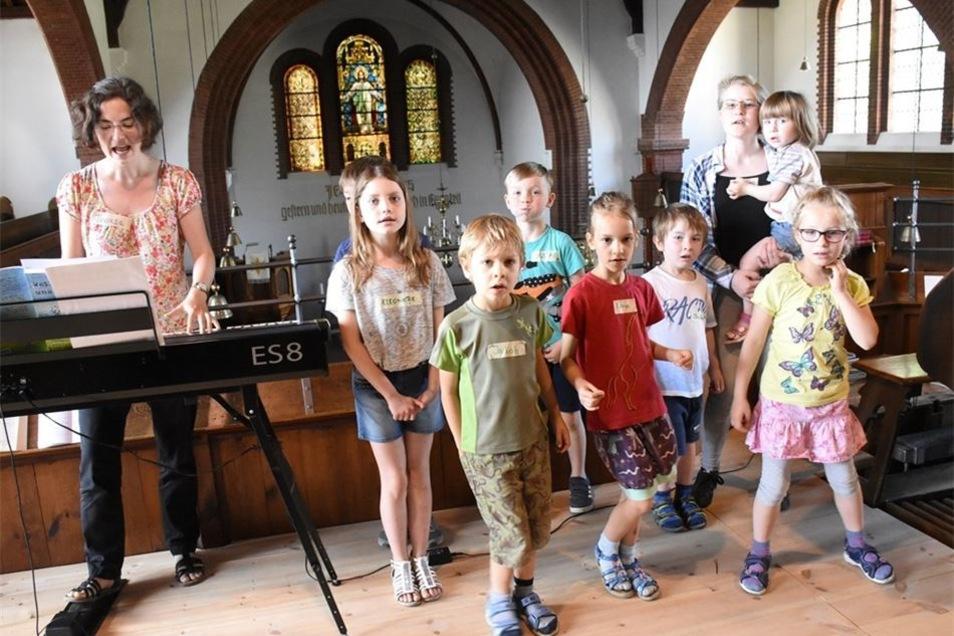 Kantorin Theresa Haupt übt am Sonnabendvormittag mit den Kindern beim ersten Kinder-Singe-Tag auf der Empore in der Evangelischen Kirche Niesky.