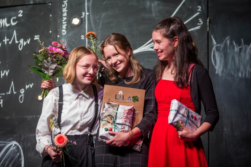 Die 15-jährige Lila (M.) wurde in der Comödie mit einer nachträglichen Ehrung überrascht. Mit dabei: ihre Freundinnen Aimee (l.) und Maja.