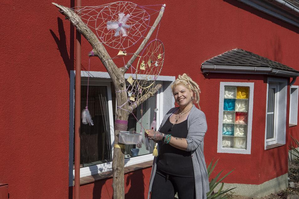 In Promnitz hat die Künstlerin Natascha Walschburger einen Wunschbaum aufgestellt.