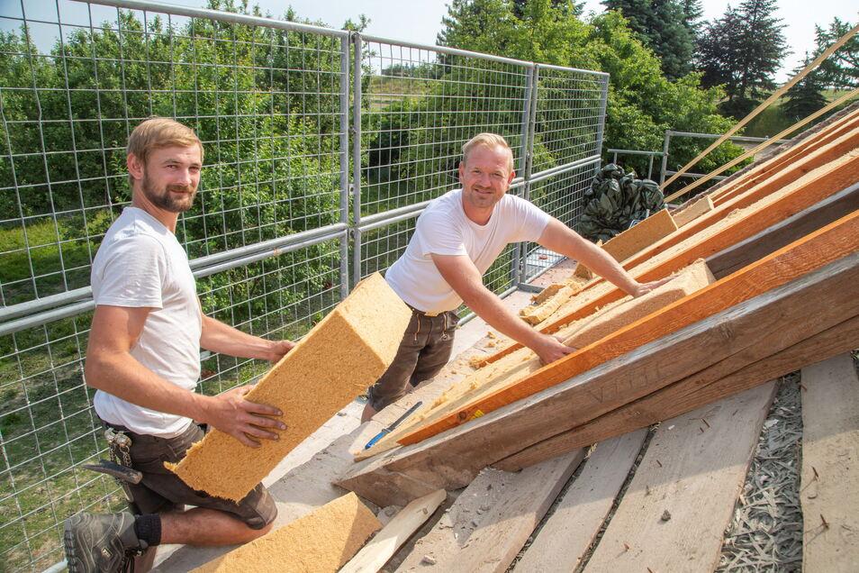 Max Simon (links) und Chris Simon von der gleichnamigen Zimmerei aus Kodersdorf bekommen den Engpass beim Material zu spüren. Die Wartezeiten auf bestimmte Qualitäten haben sich enorm verlängert.