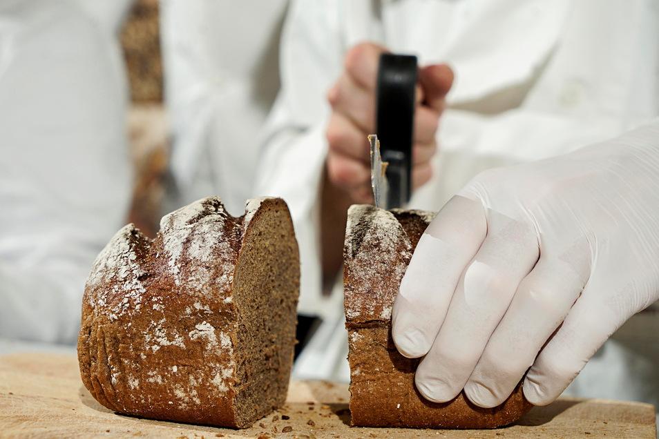 In der Bäckerei Trittmacher in Malschwitz wird ab diesem Freitag ein Brot mit dem Namen Florians Kruste verkauft. Ein Teil des Erlöses kommt der lokalen Jugendfeuerwehr zugute.