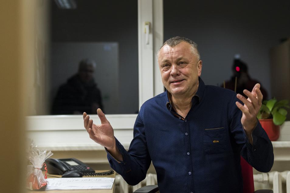 Frank Haubitz, hier noch in seinem alten Büro in Klotzsche, will lieber heute als morgen, dass die Schule wieder startet.