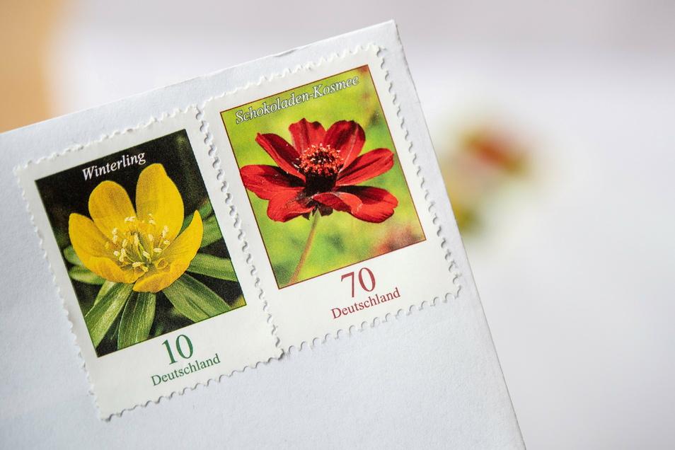 ARCHIV - 03.06.2019, Baden-Württemberg, Stuttgart: Eine 70-Cent Briefmarke und eine 10-Cent Briefmarke kleben nebeneinander auf einem Briefumschlag. (zu dpa «Monopolkommission kritisiert Gesetzesvorhaben zum Briefporto») Foto: +++ dpa-Bildfunk +++ Fot