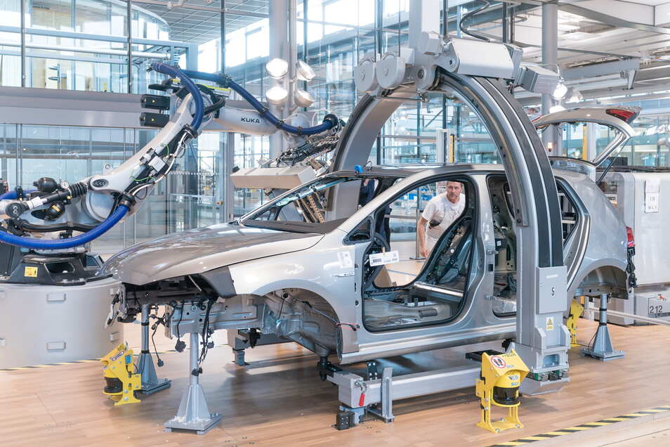 Auch die Produktion von Autos wie hier in der Gläsernen Manufaktur in Dresden wird sich in den nächsten Jahren stark ändern.