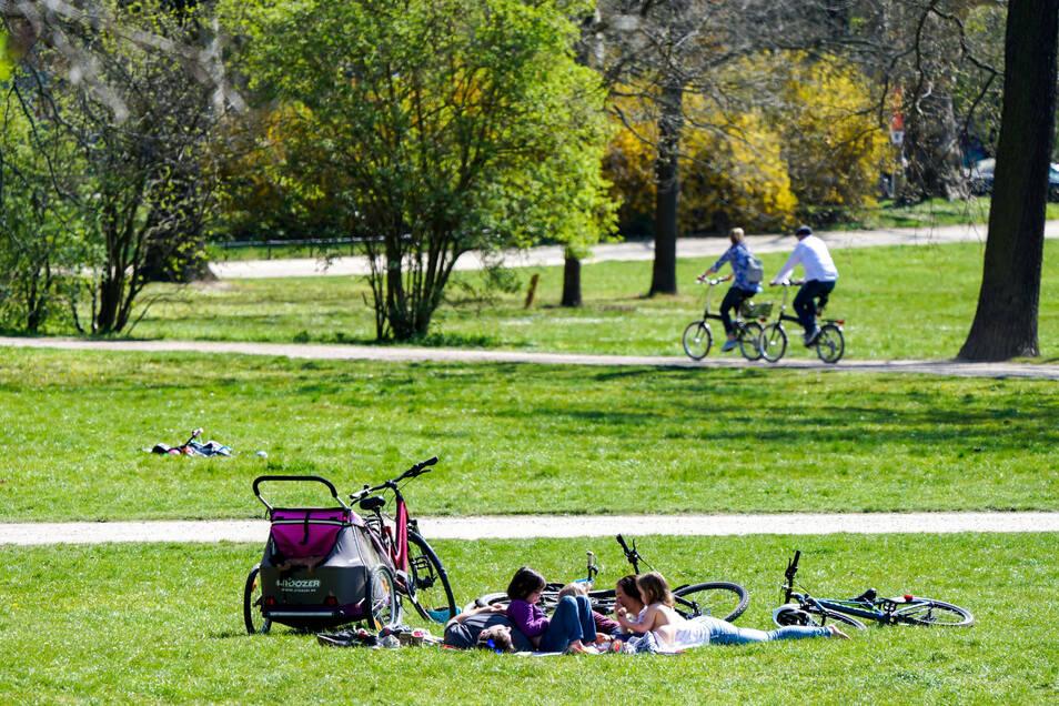 Das ist trotz Ausgangsbeschränkung über Ostern in Sachsen erlaubt: Mit der Kernfamilie in den Park gehen und zu zweit Rad fahren.