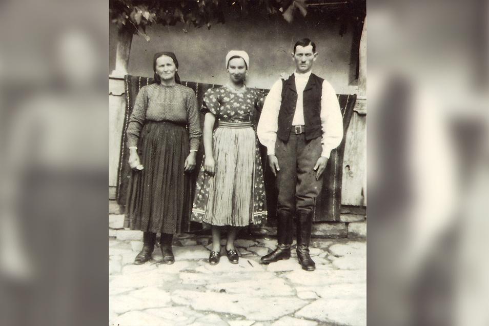 """""""Sie behandelte mich wie ihren Sohn."""" Weises deutschstämmige Wirtin (l.) vor ihrem Haus in Siebenbürgen mit Tochter und Schwiegersohn."""