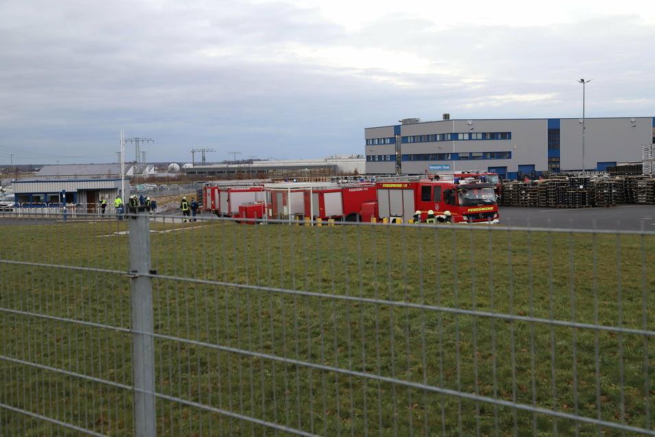 Die Farbe rot dominiert am Freitagnachmittag auf dem Werksgelände von Borbet im Kodersdorfer Gewerbegebiet. Rund 60 Kameraden sind hier im Einsatz.