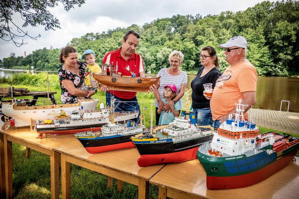 Dr. Michael Schuster (dritter von links) baut seit vielen Jahren Schiffsmodelle und zeigt den Besuchern sein neuestes Projekt, einen Fischkutter von der Insel Rügen.