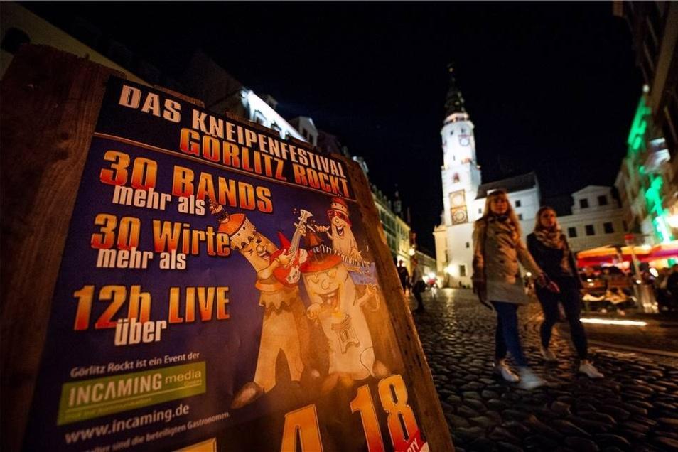 """Auch am späten Abend bot das Kneipenfestival noch jede Menge Spektakel, was angesichts der Menge an Bands wenig überrascht. Erst nach mehr als zwölf Stunden, wie dieses Plakat versprach, war  """"Görlitz Rockt"""" vorbei."""
