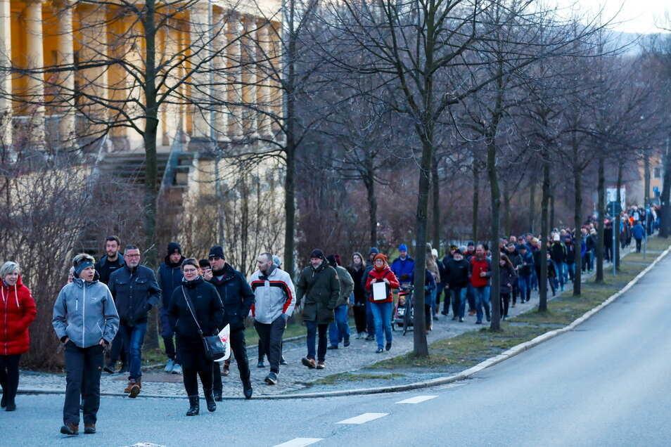 Gegner der Corona-Politik gingen in Zittau spazieren - so viele wie bei der abgebildeten Montags-Demo waren es allerdings am Donnerstag nicht.